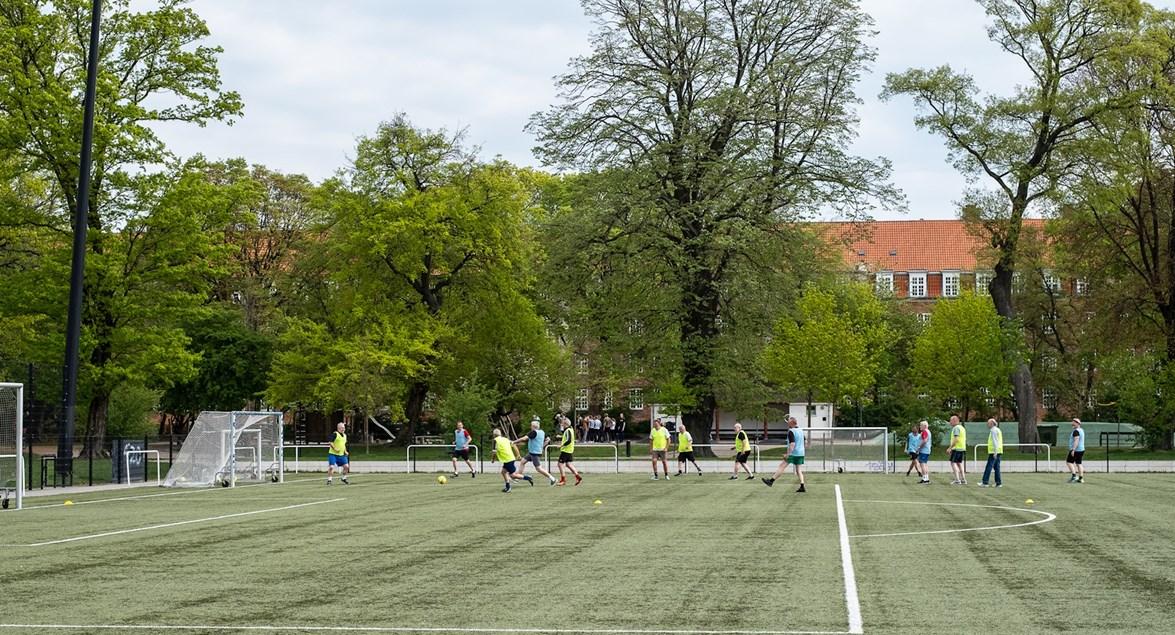 a192be96 Fodbold samarbejdet mellem DBU København og Ældresagen er nu nået til  Fælledparkens kunstgræs. Hver tirsdag kl. 10.00 er der fodboldtræning en  times tid, ...